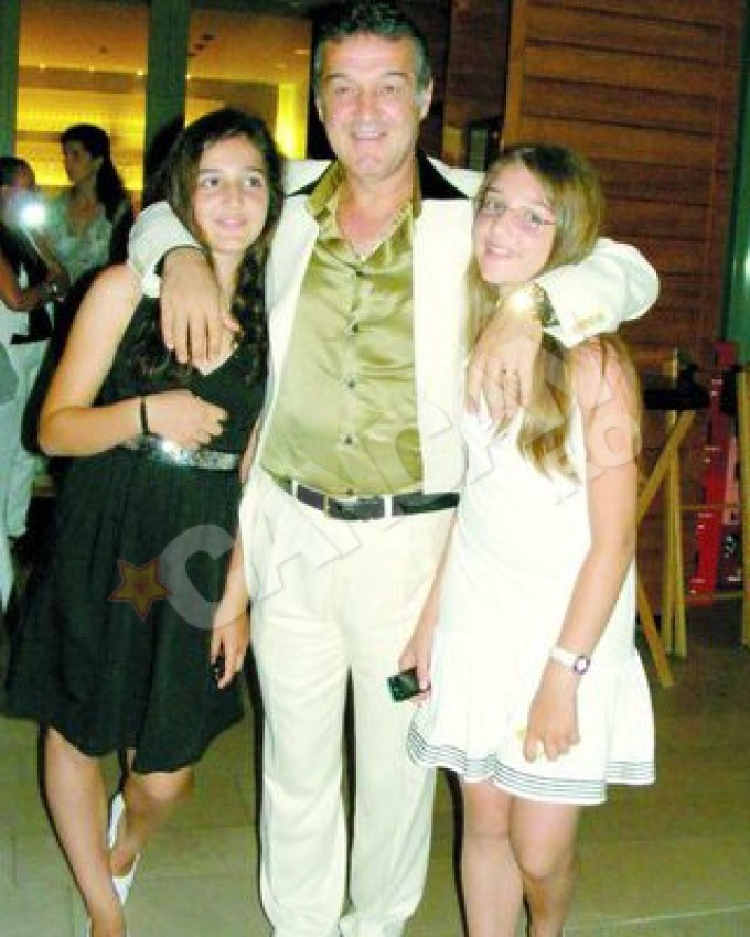 Gigi Becali alaturi de Teodora (stanga) si Alexandra (fiica lui mijlocie)