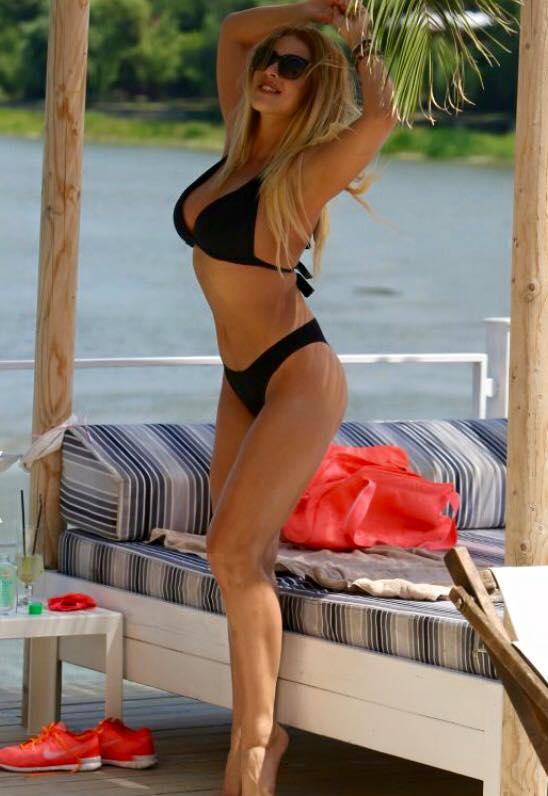 Blondina isi arata formele sexy.