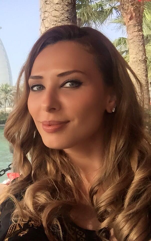 Cladirea din spatele selfiu-lui facut de Iulia Vântur este emblematică pentru Dubai.