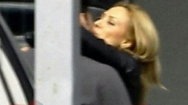Iulia Vântur şi Salma Khan se sărută în aeroportul din Dubai (foto-thereveillenwu.com)