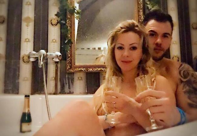 Larisa Drăgulescu s-a fotografiat cu iubitul în cadă.