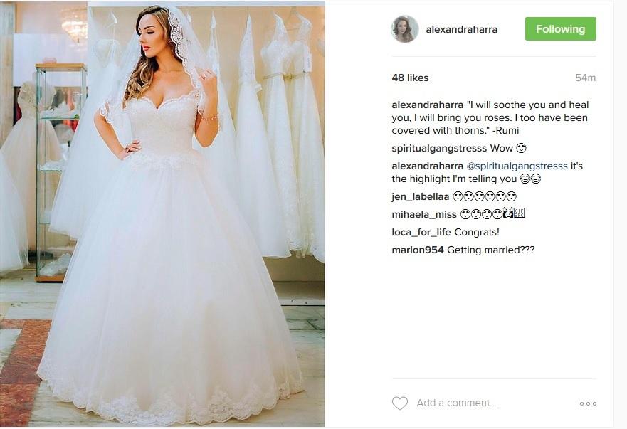Alexandra Harra s-a fotografiat în rochia albă de mireasă, iar imaginea a ajuns rapid pe contul său de Instagram