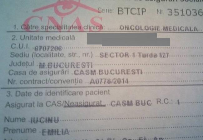 Emilia a scanat biletul de trimitere la medic.