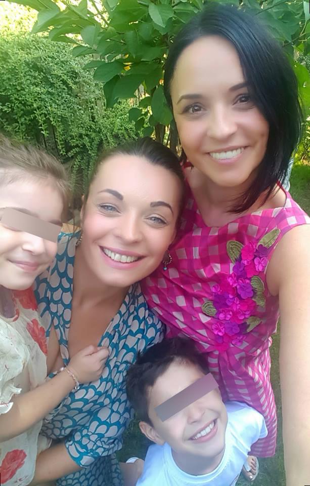 Andreea Marin s-a pozat alături de familia ei.