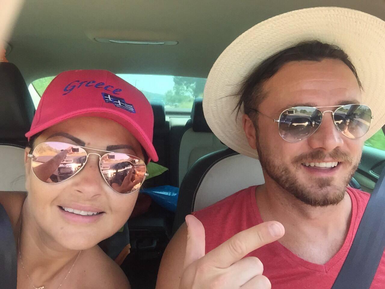 Gabriela Cristea şi Tavi Clonda s-au pozat în maşină.