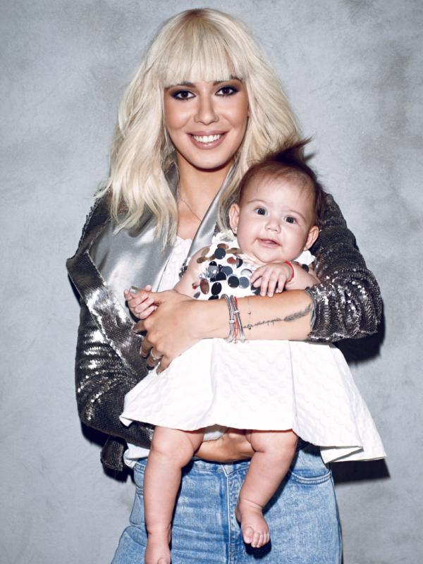 Sore le-a prezentat-o tuturor pe micuţa Erin, iar imaginea cu ele două a apărut pe coperta revistei Viva