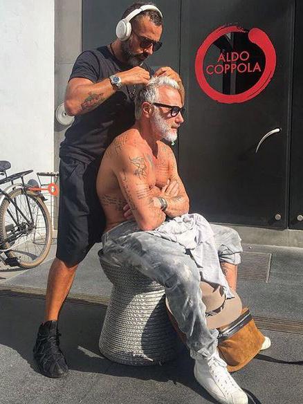 Milionarul Gianluca a ales să se tundă în faţa salonului de înfrumuseţare