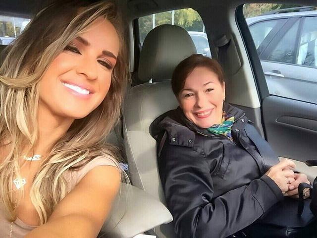 Diana Munteanu, alături de mama sa.