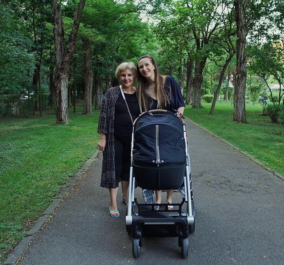 Adela Popescu, alături de mama sa.