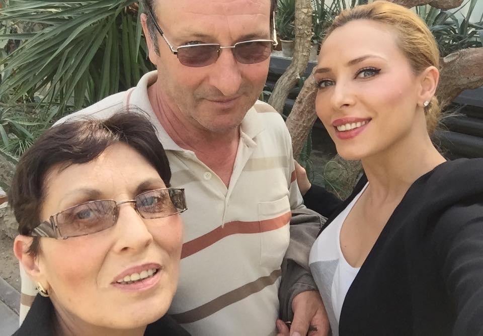 Iulia Vântur, alături de părinţii ei.