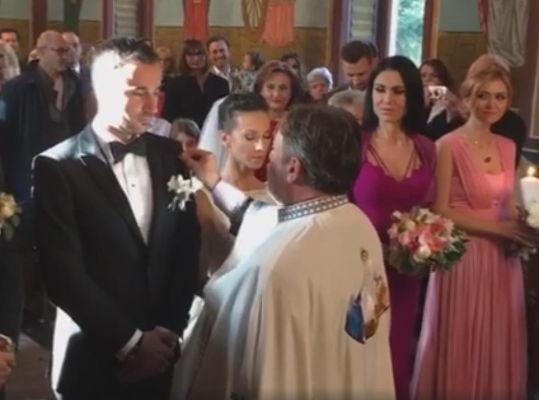 Andreea şi Daniel primesc binecuvântarea din partea preotului