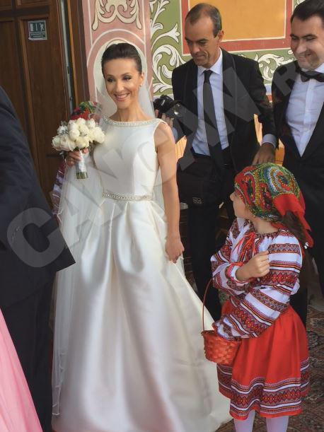 Andreea Răducan, poate una dintre cele mai îndrăgite gimnaste de la noi, a îmbrăcat astăzi rochia albă de mireasă