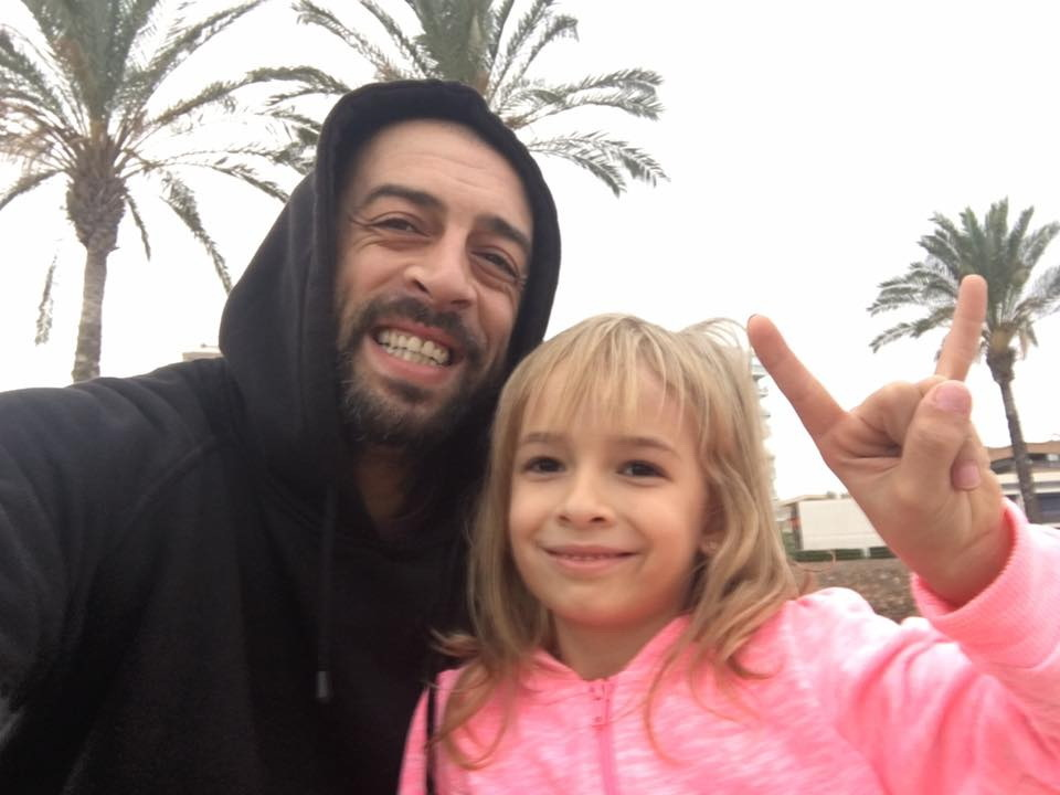 Cântăreţul împreună cu fiica sa, Alessia