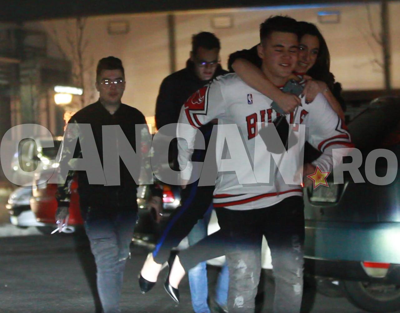 Mario Fresh şi-a cărat iubita în spate atunci când au plecat din club.