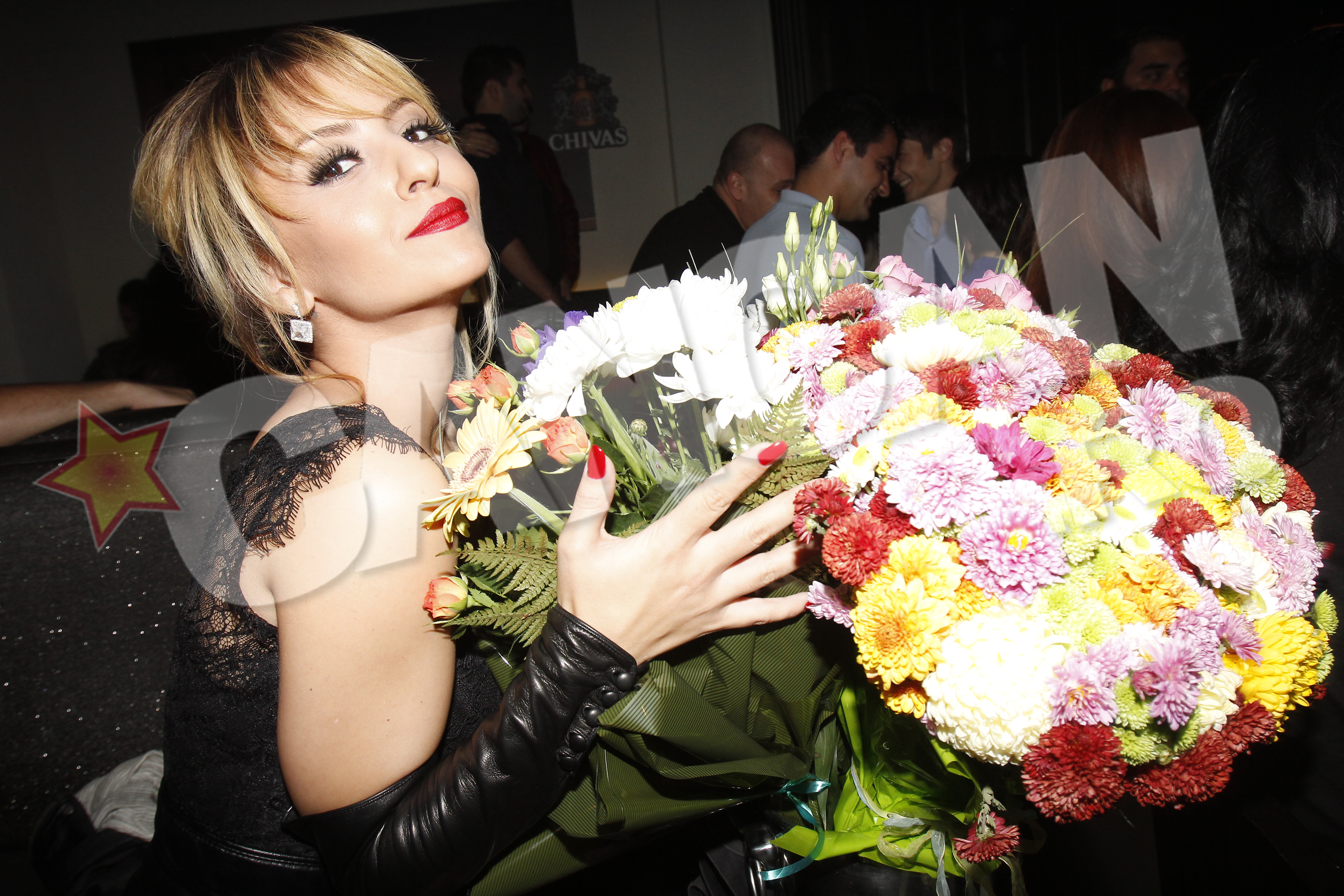 Giulia s-a pozat langa florile primite