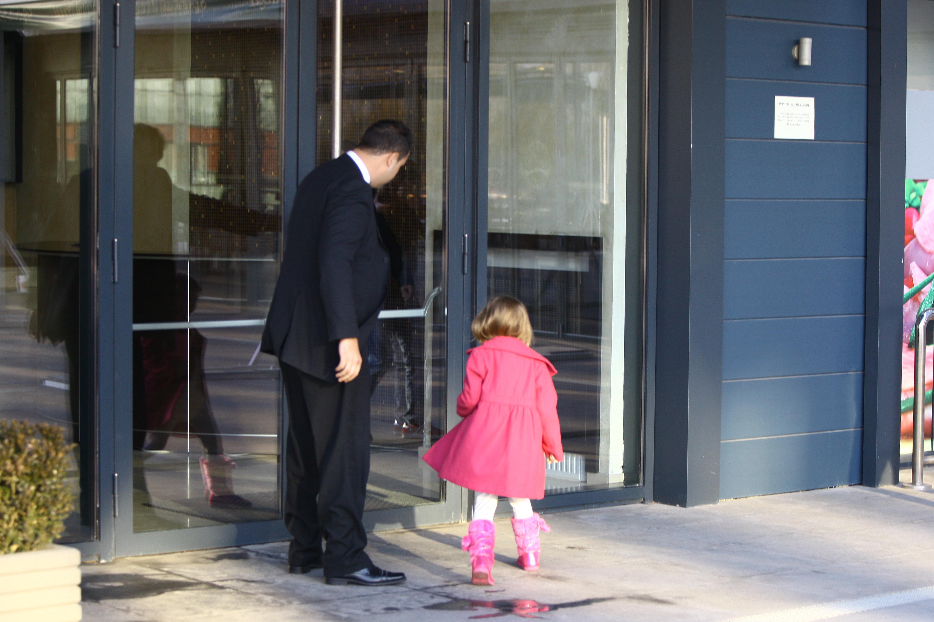 Luni, la pranz, soferul lui Irinel o aduce pe fiica lui la apartamentul Monicai