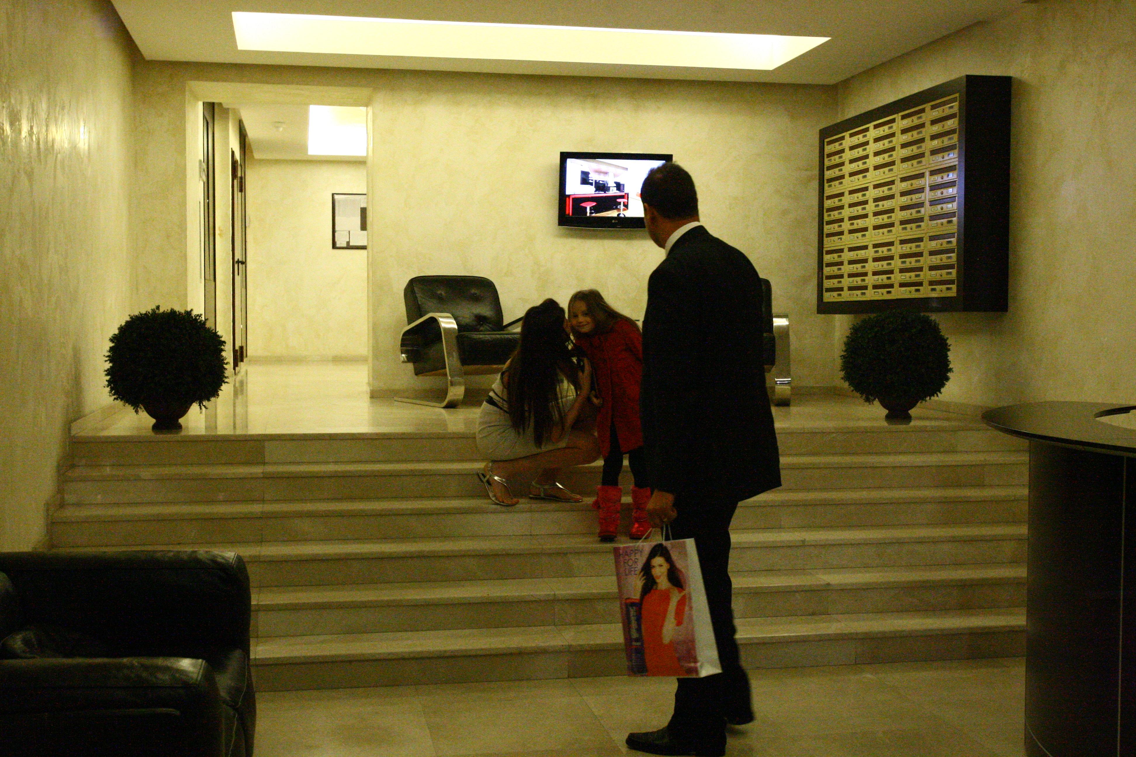 Monica o pupa pe fiica ei de plecare