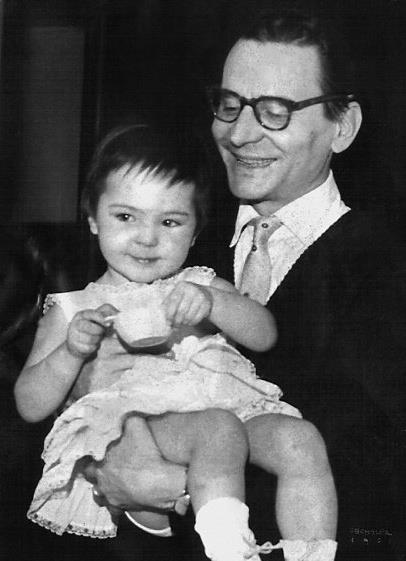 Radu Beligan o tine mandru in brate pe fiica lui cea mare, Ana Maria