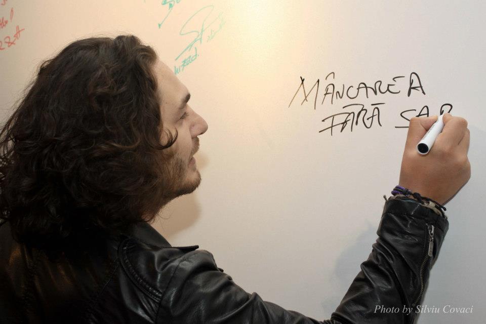 La fel cum le ura si la emisiune, Chef Florin Dumitrescu a insistat sa le posteze pe posterul cu autografe, un mesaj extrem de sugestiv