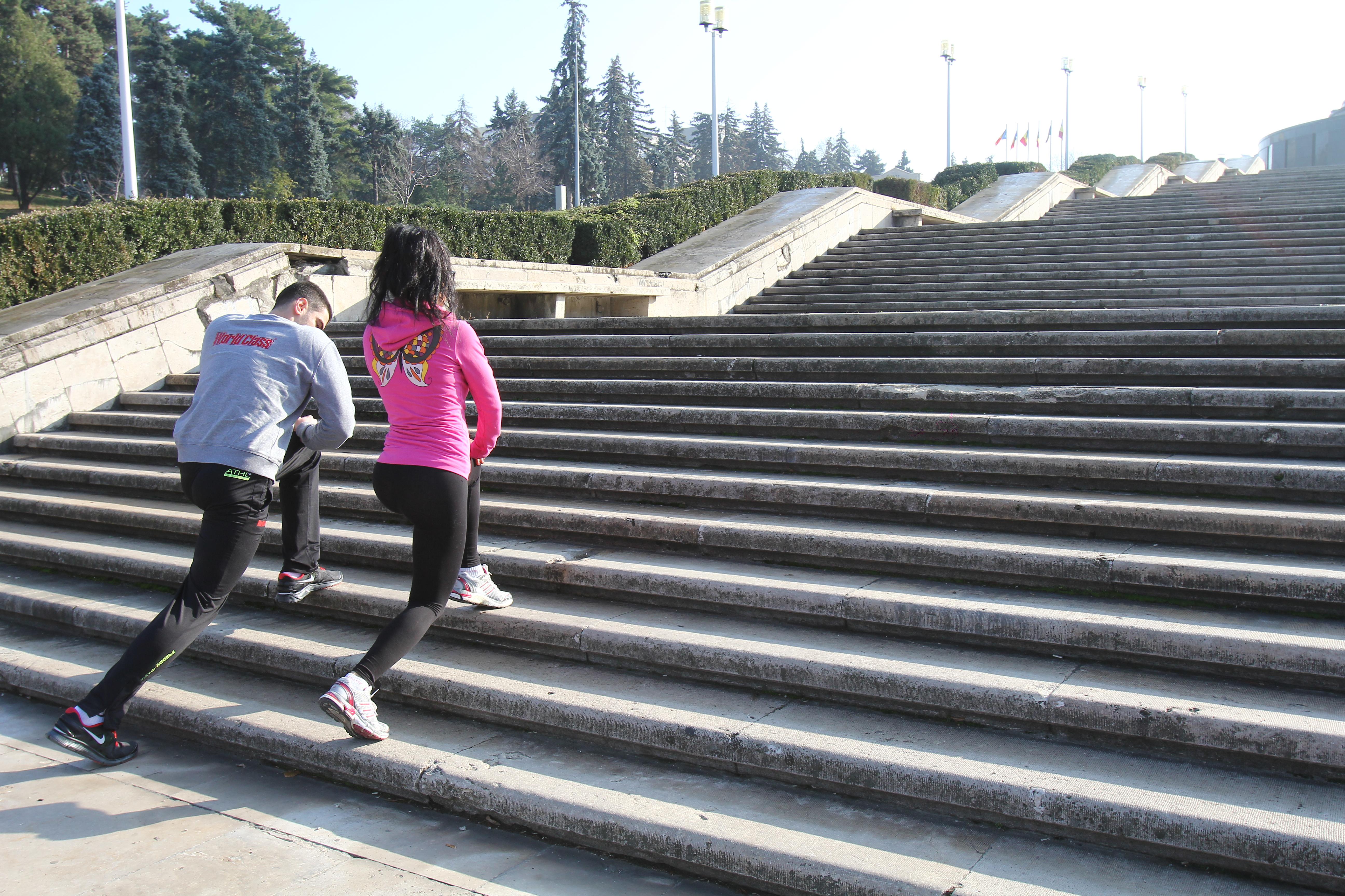 Wanda si antrenorul ei fac exercitii variate pe scarile din parcul carol, mai ales pentru fese si coapse