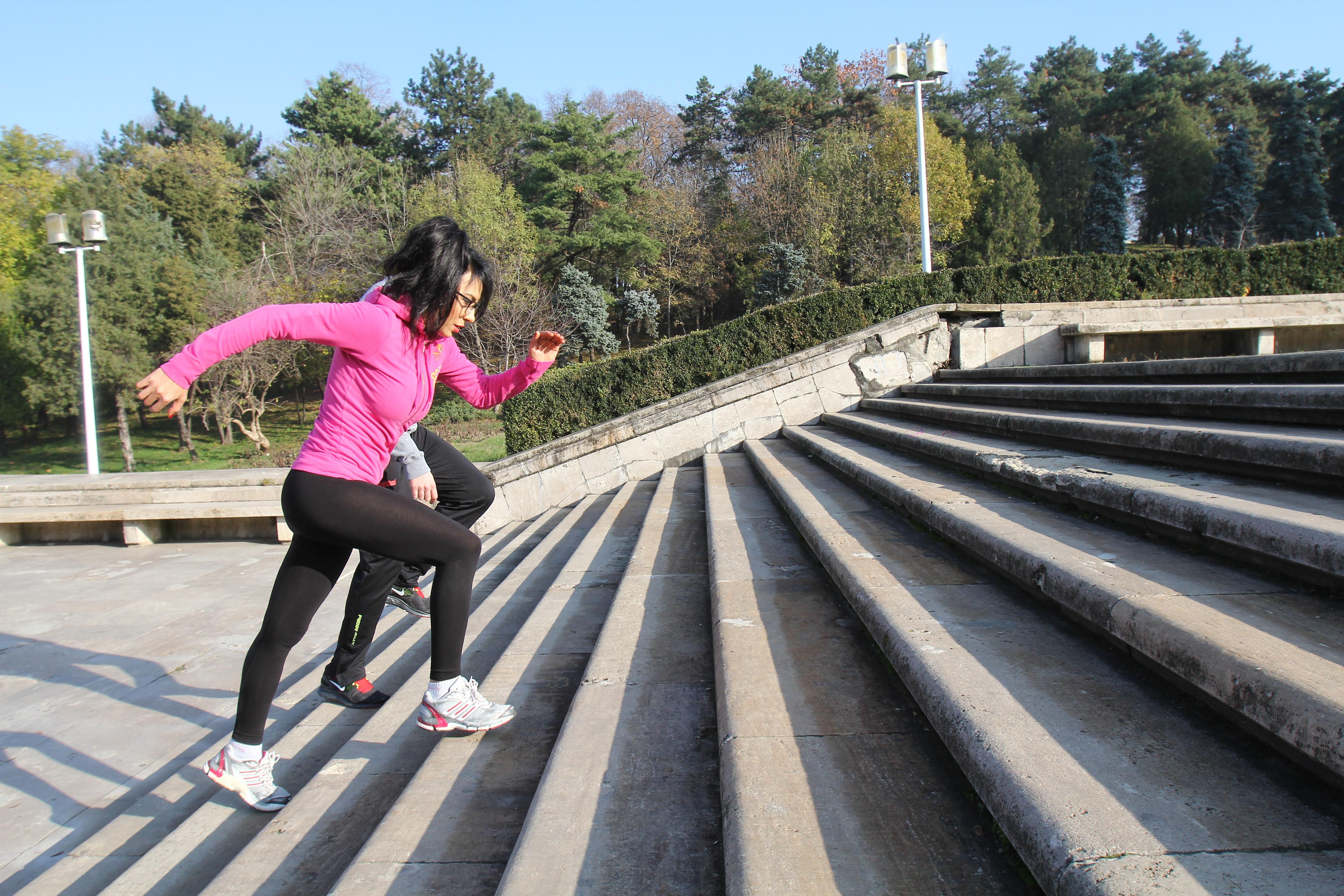 Alaturi de antrenorul ei, Wanda urca de cinci ori, in ritm alert, scarile din parc, inj total fiind 600 de trepte
