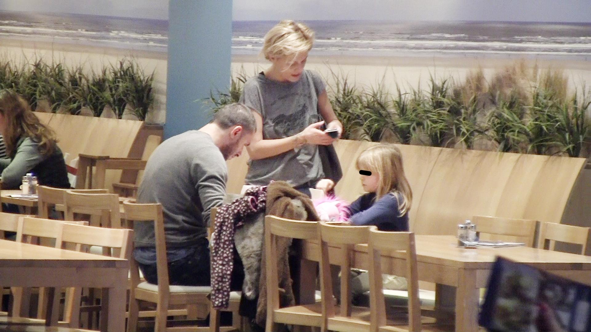 Satul sa umble prin magazine, actorul isi asteapta sotia si fiica la un restaurant in cadrul centrului comercial