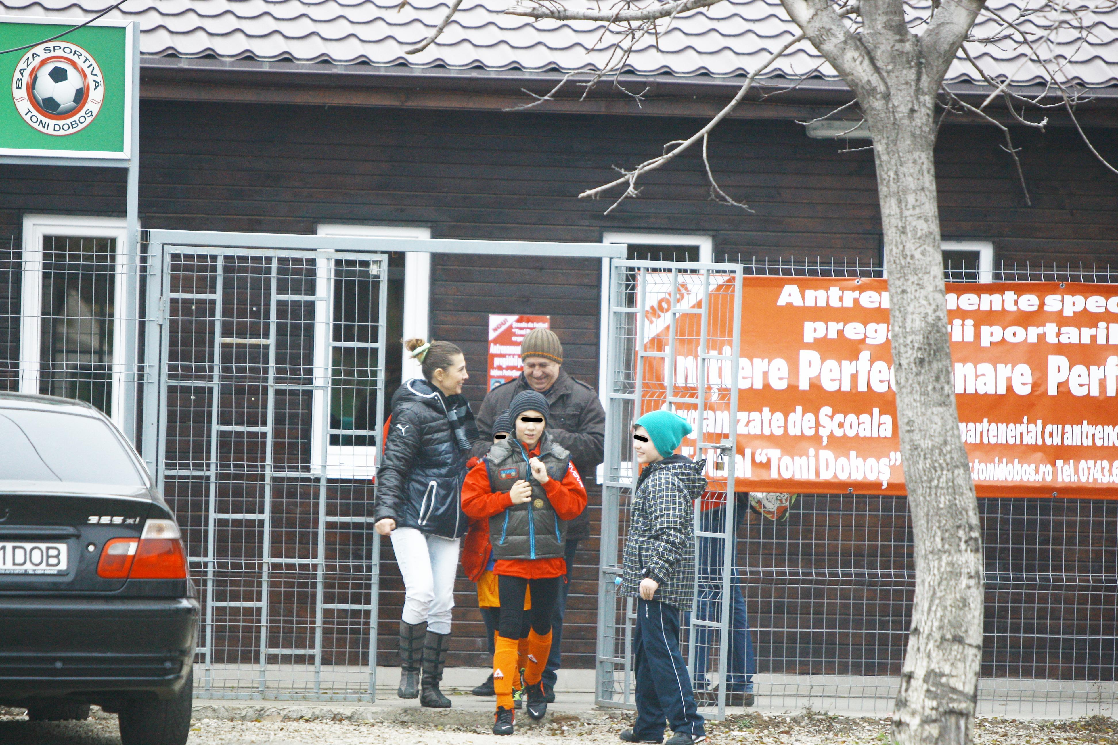 George Mihaita iese de la terenul de forbal impreuna cu copiii sai