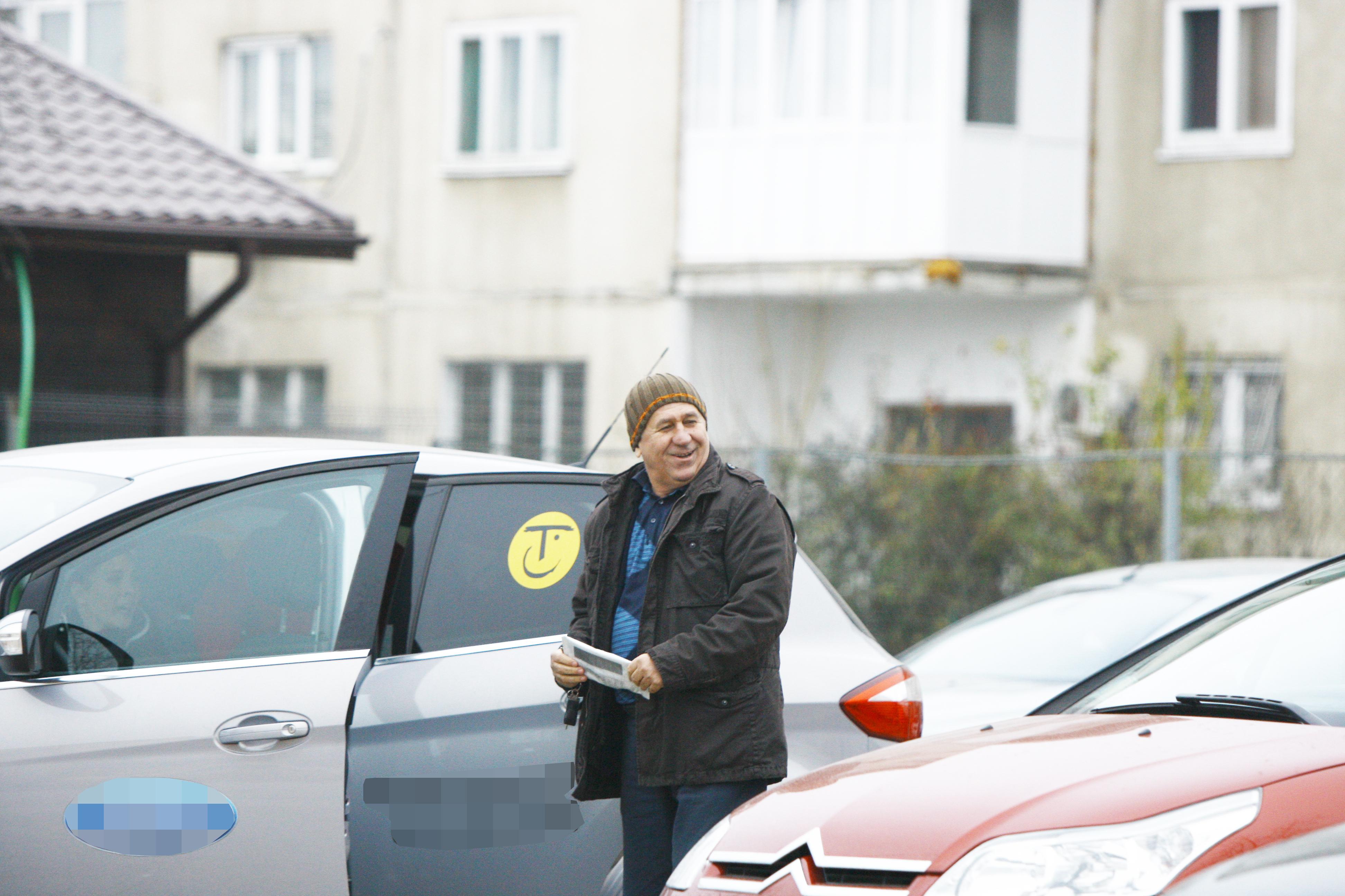De abia dupa ce actrita Delia Seceleanu si cei doi copii s-au asezat in masina, Mihaita urca si el pentru a pleca spre casa