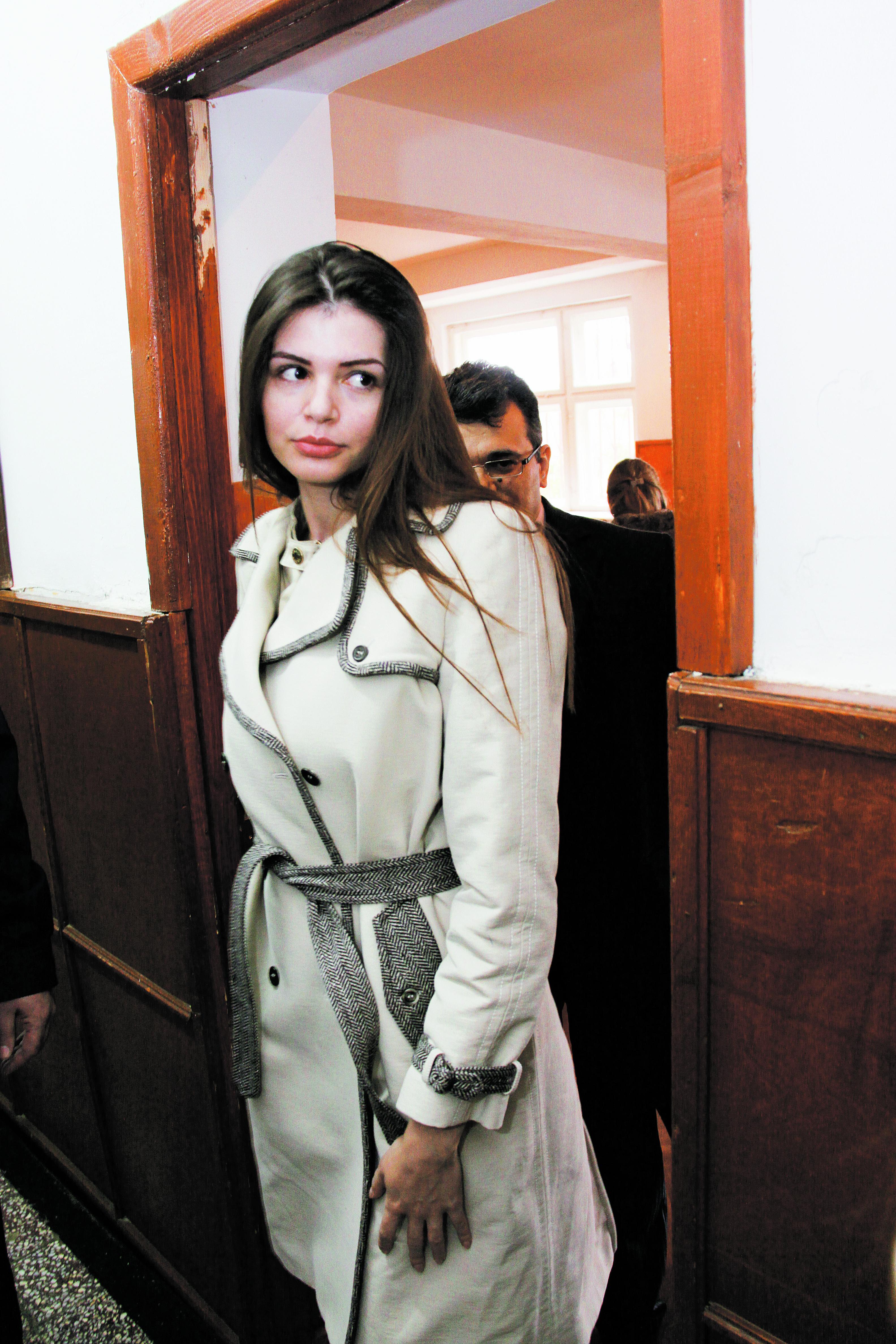 Moni a stat cateva saptamani in Romania, dar se pare ca a plecat chiar inainte de weekendul in care avea posibilitatea sa o ia pe Irina