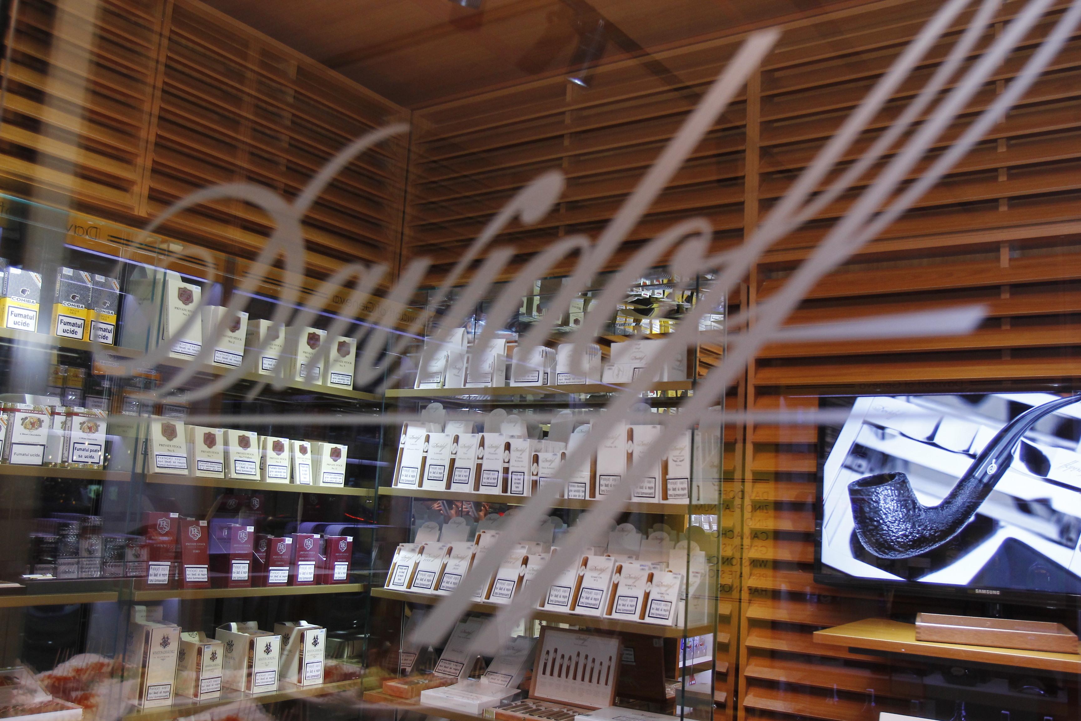 IN magazin se gasesc tipuri diferite de tigari de foi, destinate clientilor pretentiosi si foarte pretentiosi