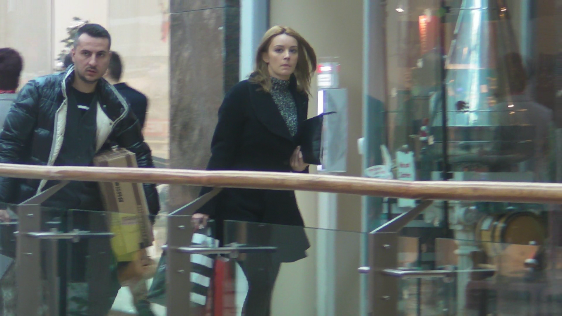 Desi au plecat din centrul comercial incarcati cu de toate, cei doi soti nu par prea fericiti