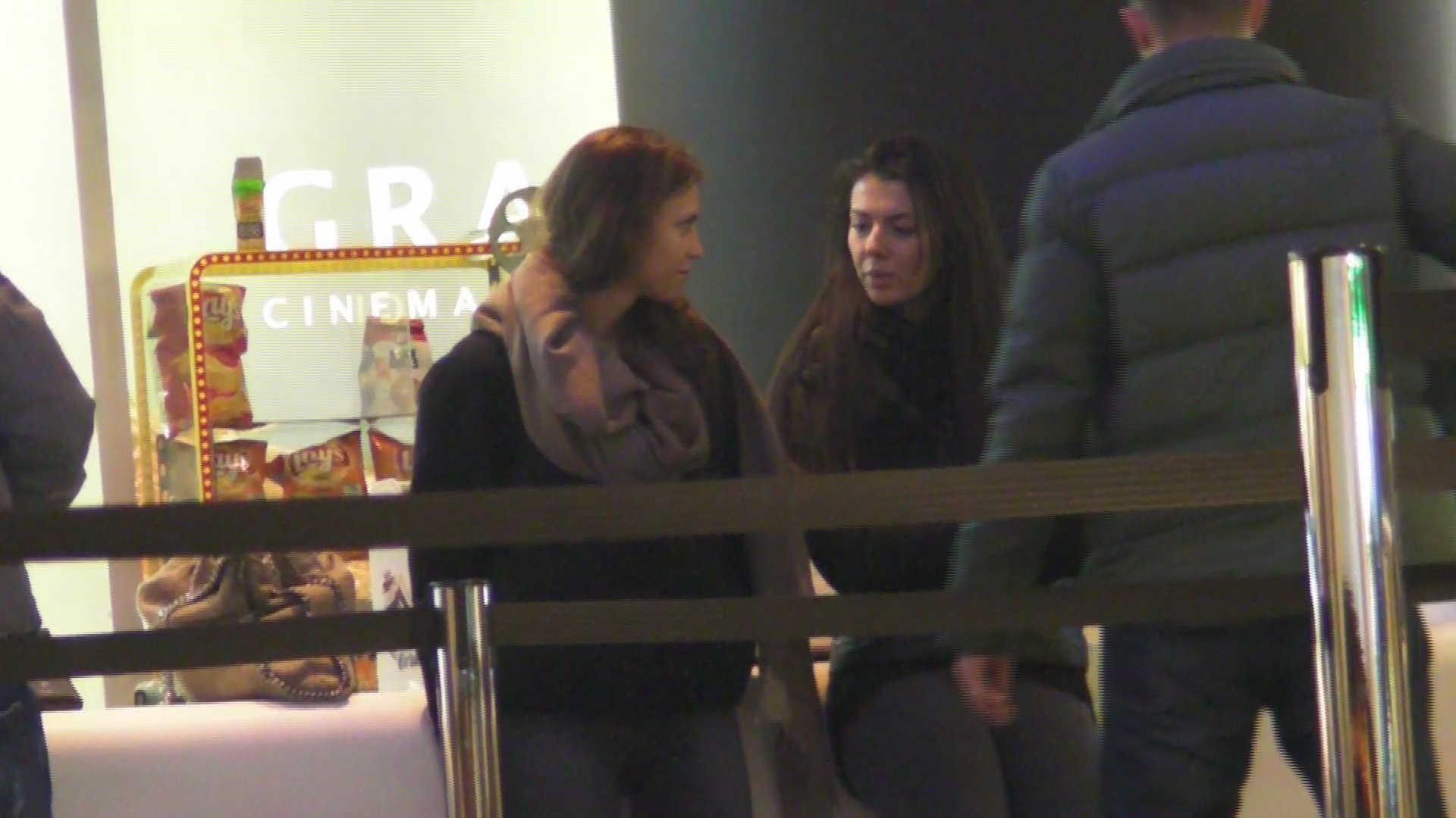 Cristina si amica sa asteapta sa intre la film