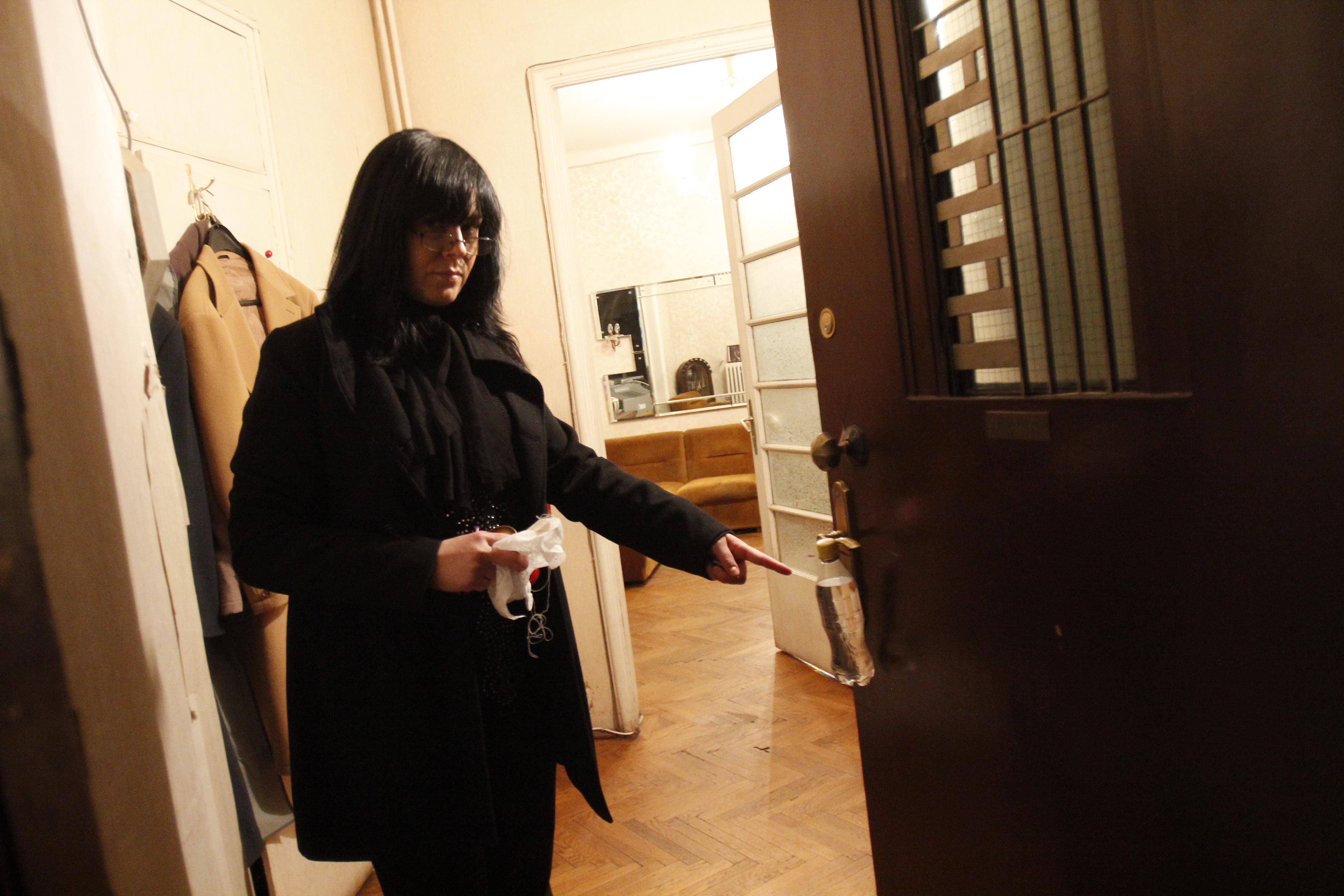 Dupa lumanari, fosta sotie a lui Moculescu a gasit la usa si o sticla cu un lichid ciudat inauntru