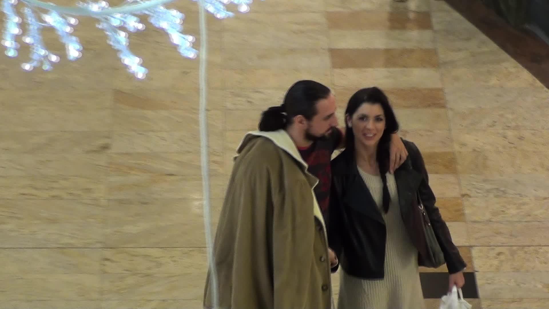Denis si Cristina sunt extrem de tandri si nu se feresc deloc sa faca astfel de gesturi in public