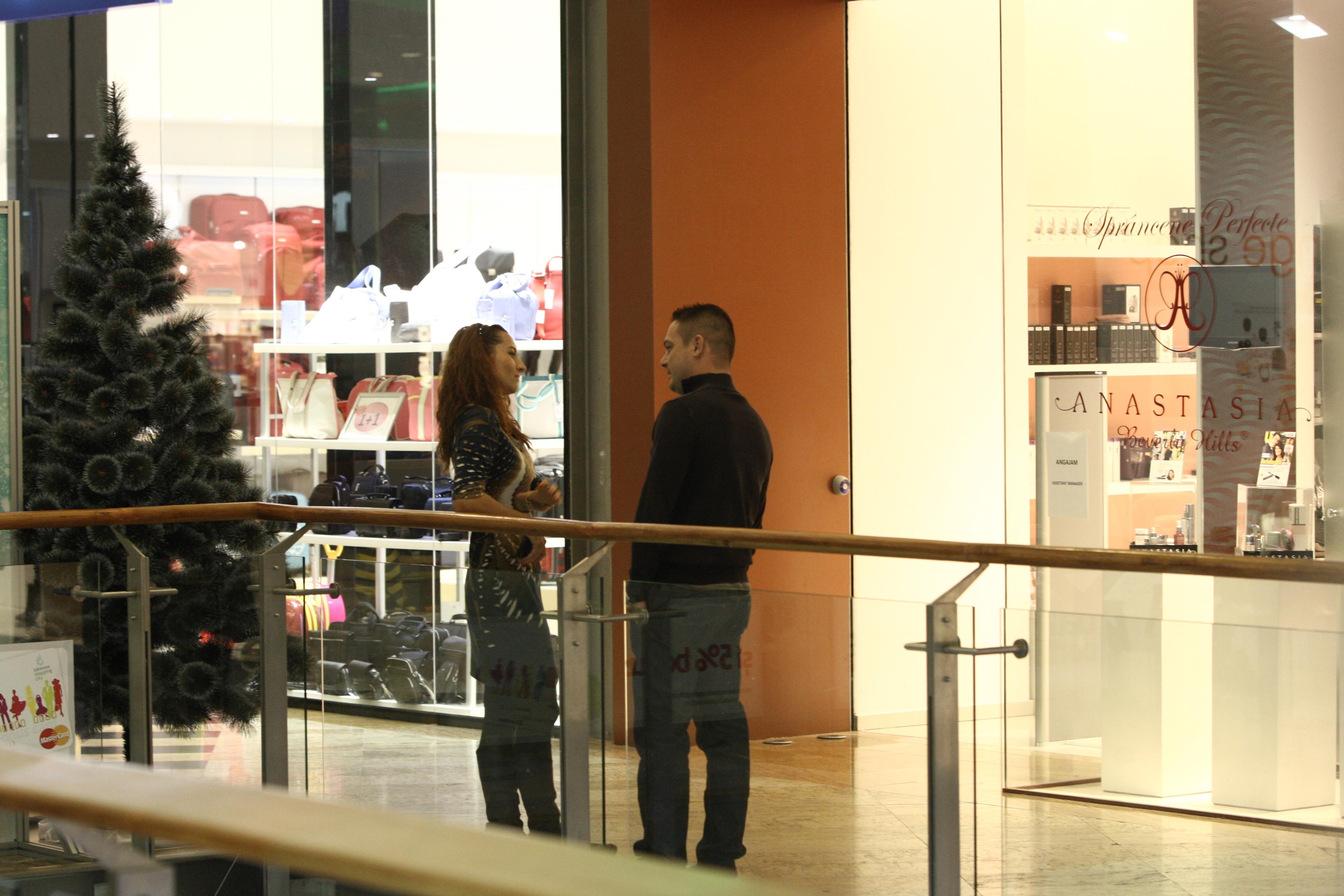 Laurentiu a scos-o pe femeie pe holul centrului comercial pentru a sta linistiti de vorba