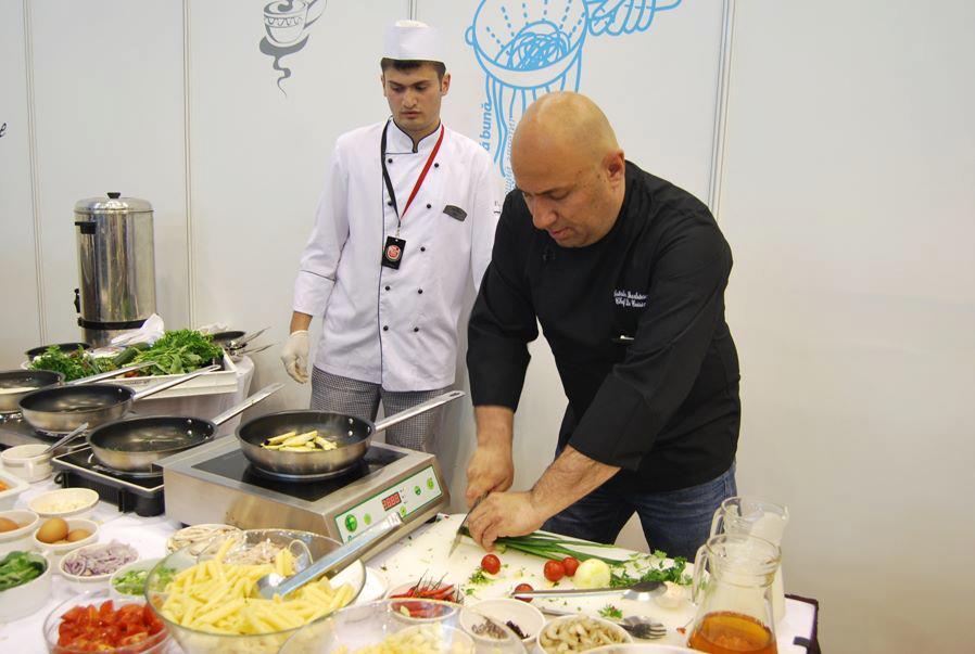 Stelian lucreaza cot la cot cu chef Scarlatescu, la resturantul hotelului respectiv