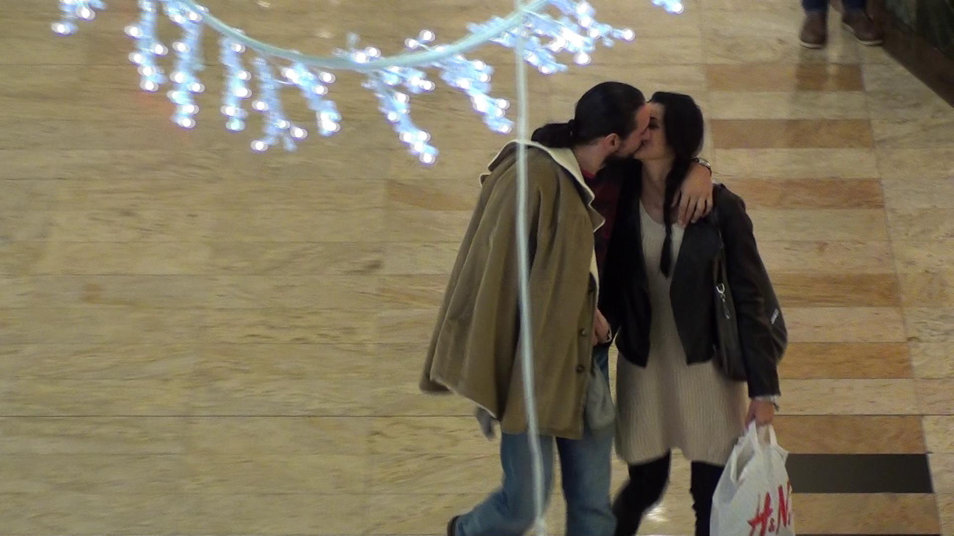 Desi este inca insurat, Denis Stefan nu s-a sfiit sa se afizeze cu bebelusa Cristina si sa se sarute in vazul lumii, la mall