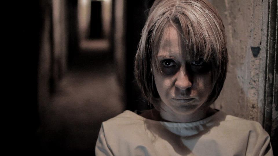 Asa apare pe scena, in timpul spectacolului, actrita Medeea Marinescu