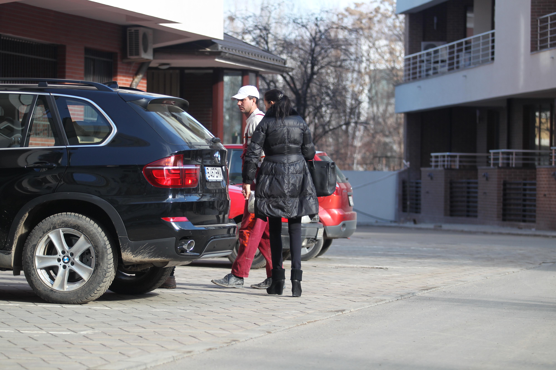 Dupa ce a coborat din masina, Brigitte le-a dat cateva indicatii celor doi muncitori