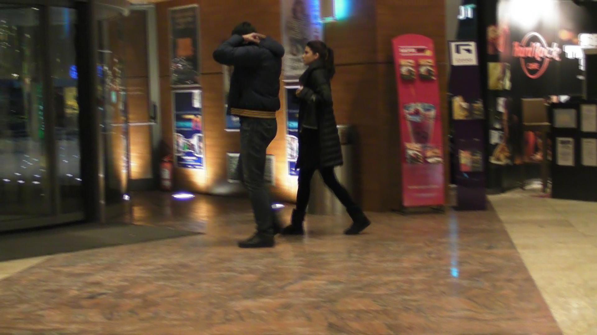 Inainte de a parasi mall-ul fiecare dintre ei se incheie la haina