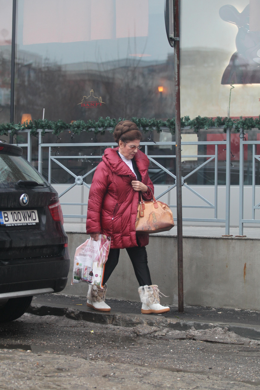Artista poarta o haina de iarna moderna pe care a asortat-o cu o poseta apartinand unui brand de lux