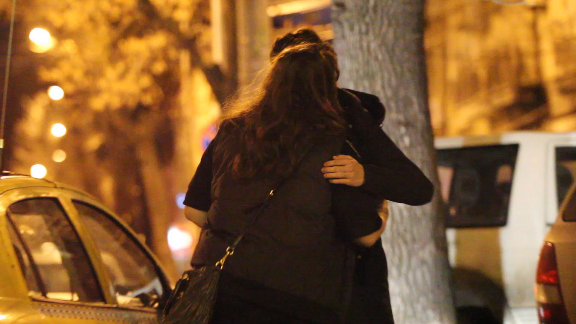 Alex a condus-o pe Rita pana la taxi, iar cei doi si-au luat la revedere pupandu-se pe obraz