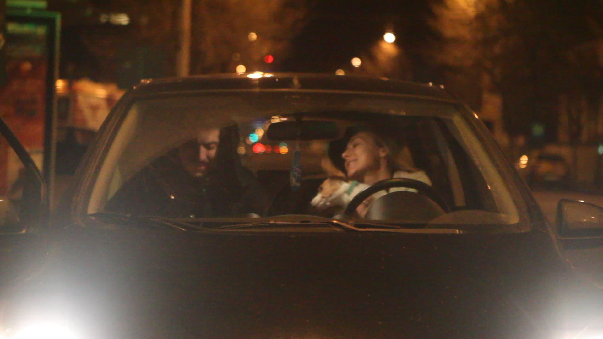 Dupa aproximativ 20 de minute, pe Alex a venit sa-l ia iubita lui, cei doi plecand impreuna