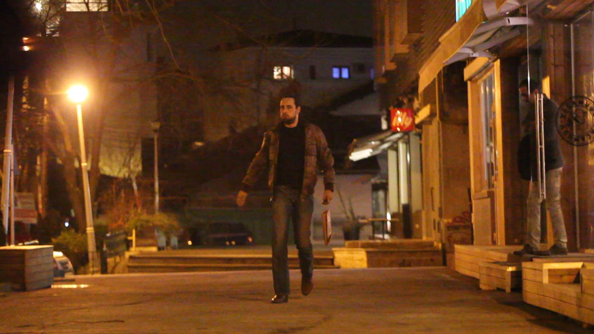 Denis Stefan a iesit vizibil ingandurat de la restaurant, dupa o intalnire aparent linistita, cu prietenii lui