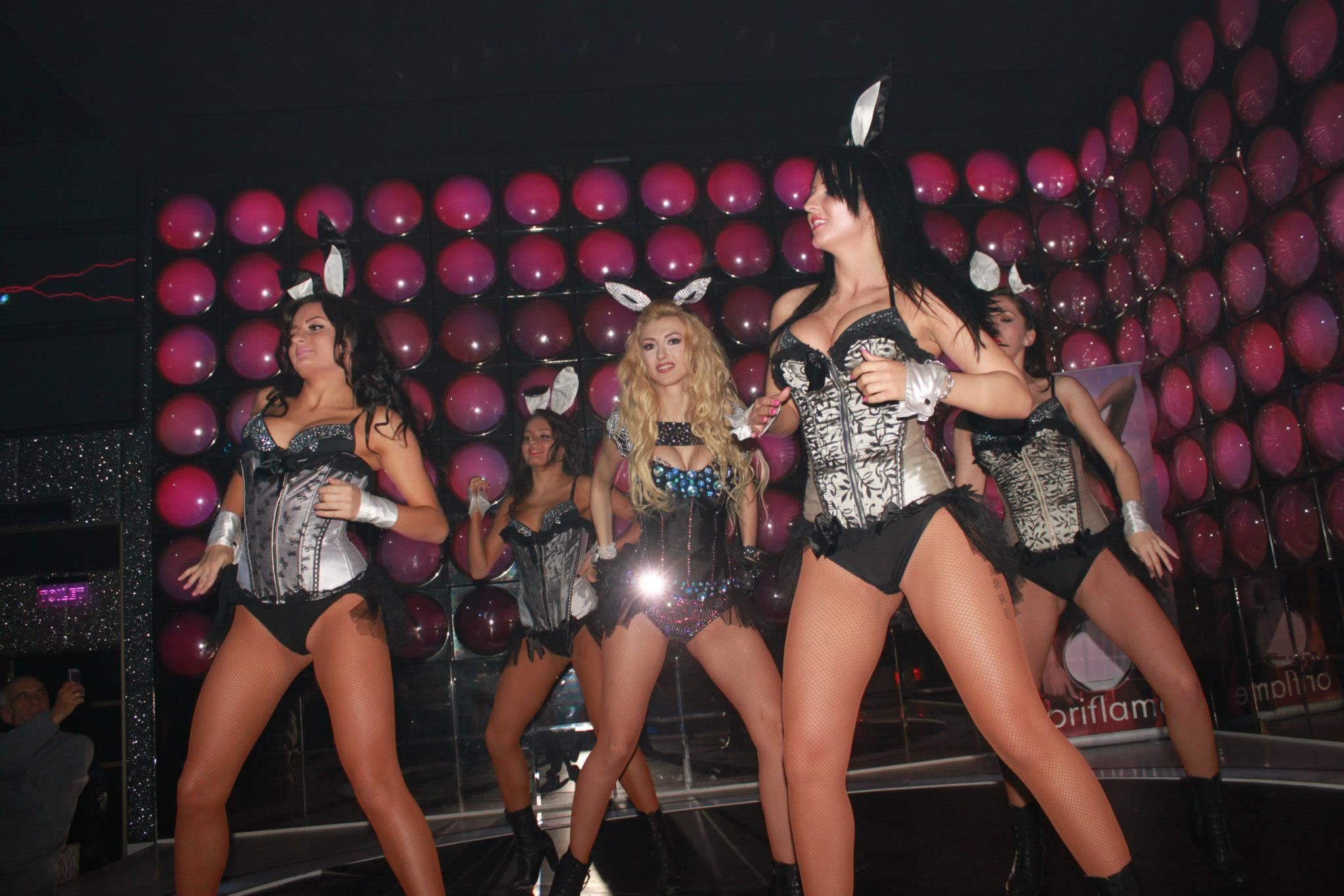 Andreea Balan are o trupa de zece danstaoare pe care le roteste, in functie de tipul de show la care este chemata