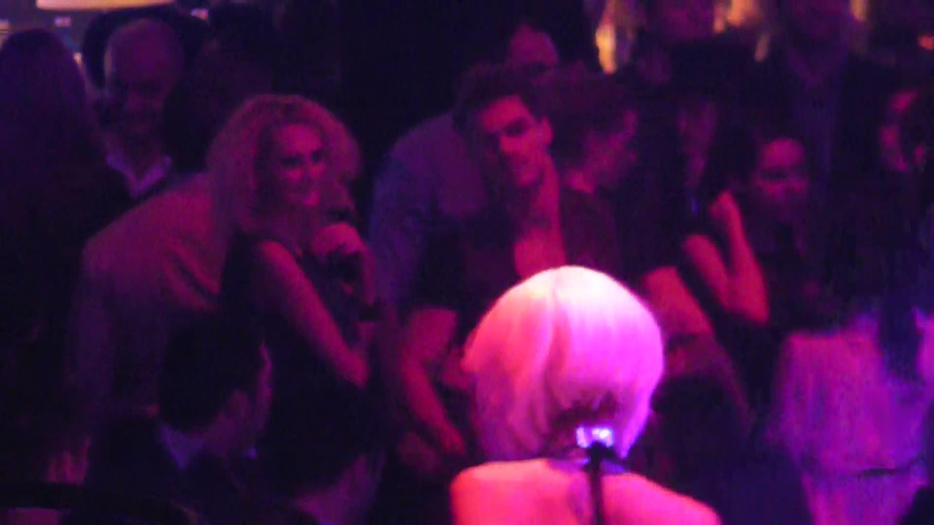 Seara a inceput pentru Bogdan in compania unei blonde crete