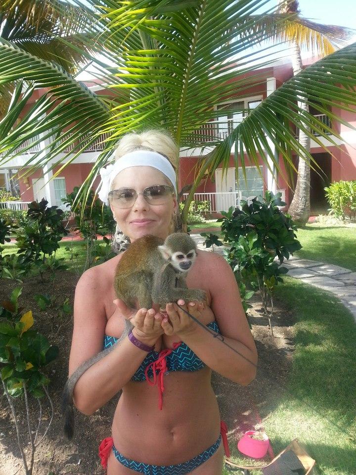 Adina de la Heaven le-a arătat maimuţa fanilor! Uite ce frumos s-a distrat blondina în vacanţă!