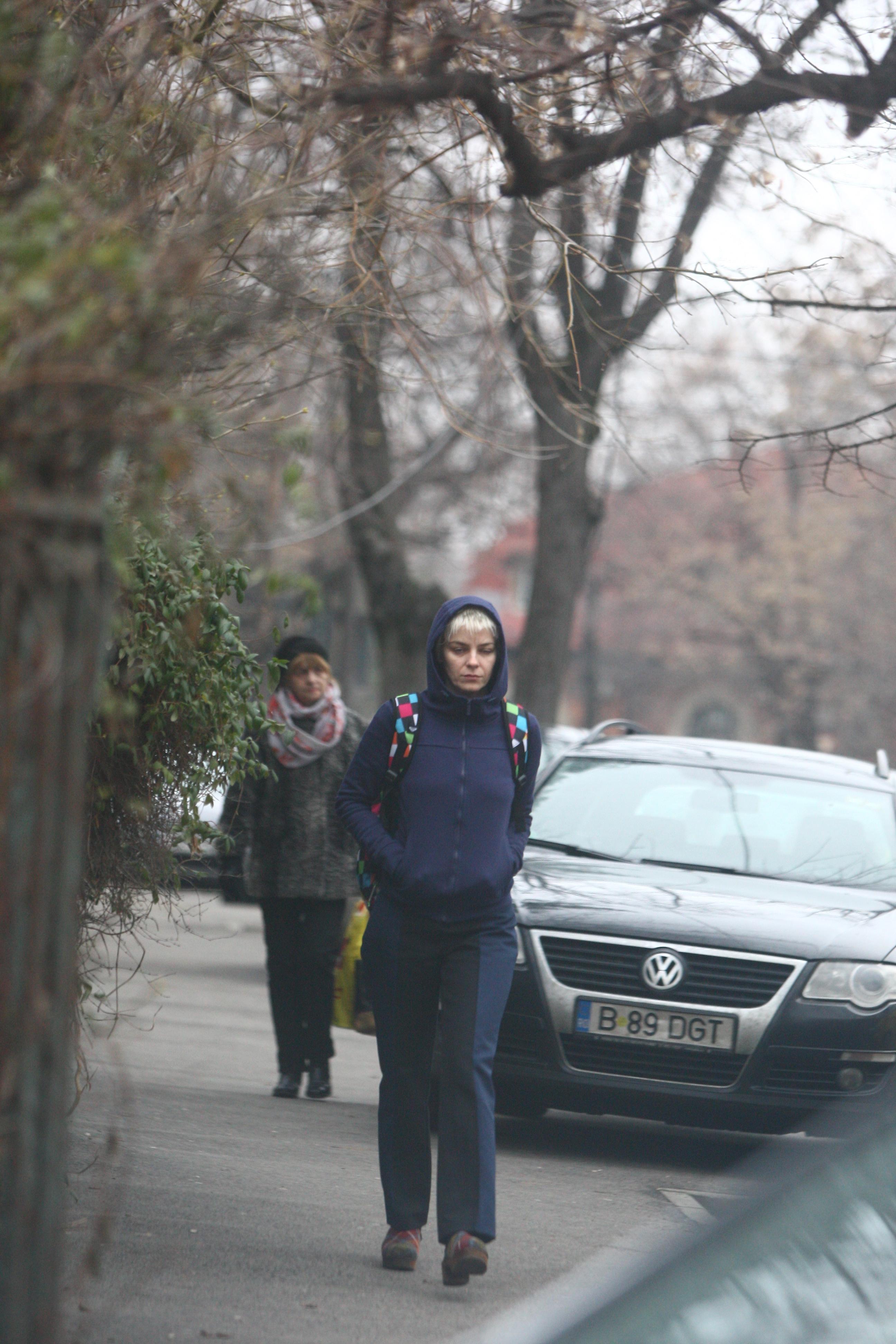 Gianina pleaca abatuta pe strada