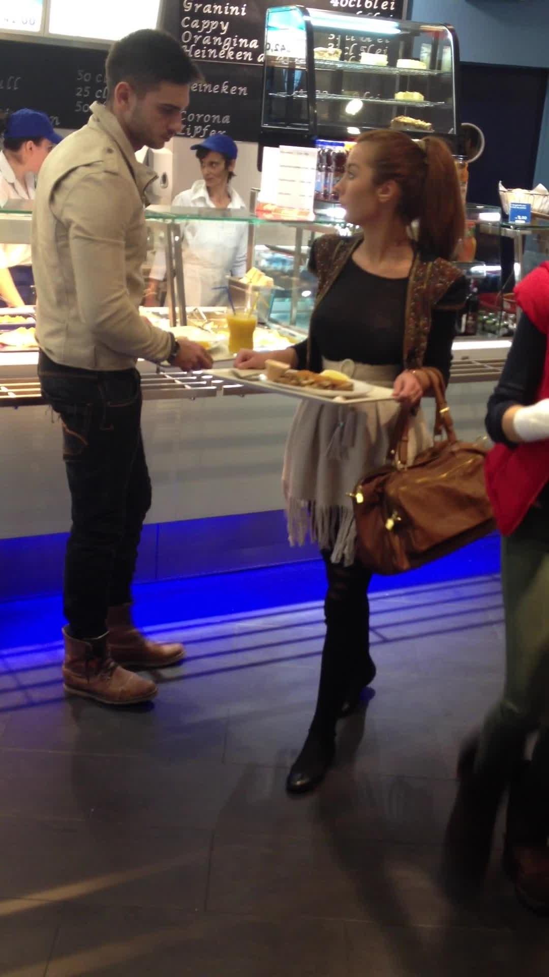 Cei doi indragostiti s-au oprit sa manance ceva la un restuarant din mall