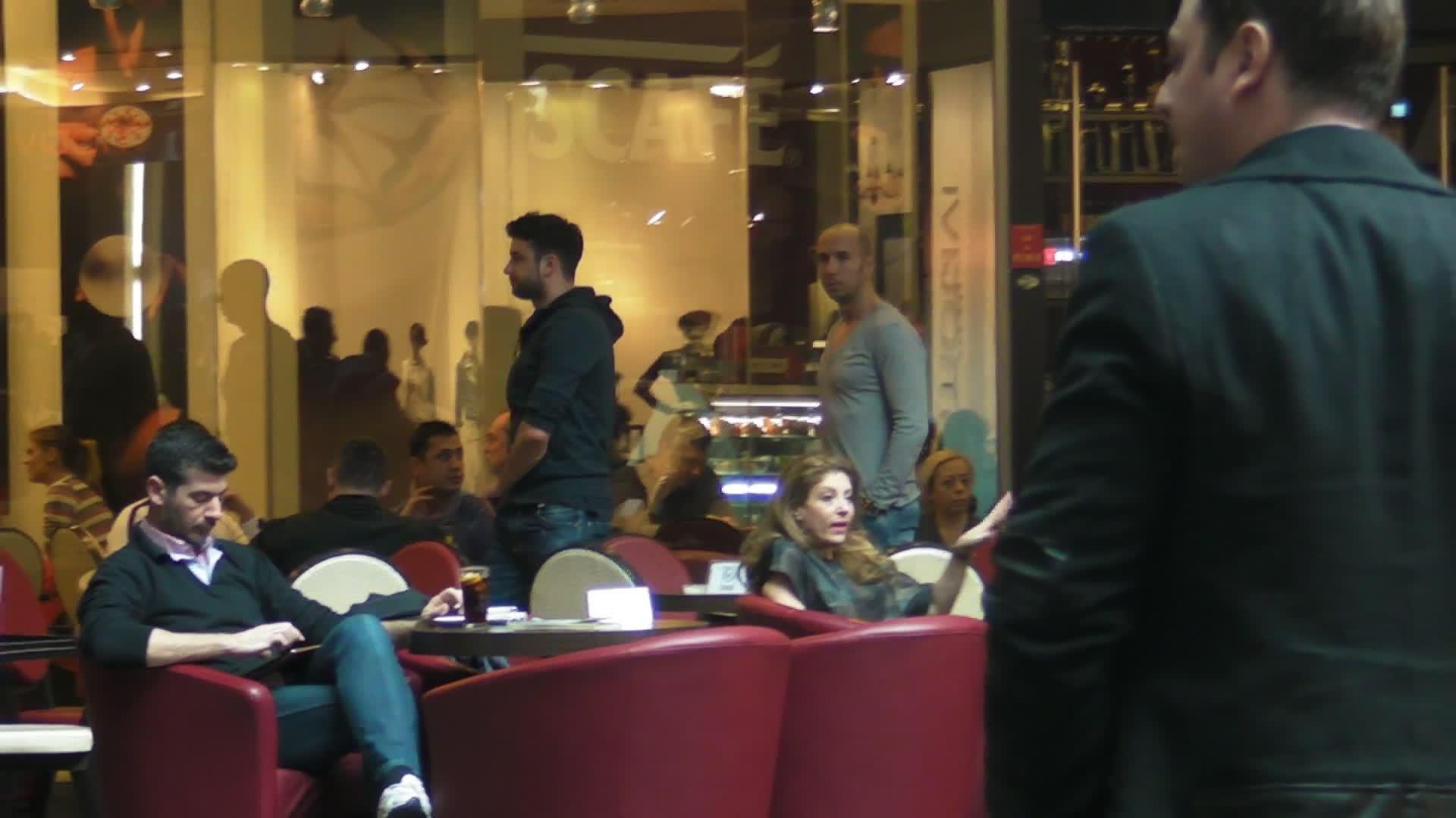 Dupa ce a stat cu un prieten la o cafea, magincianul s-a mai plimbar prin centrul comercial
